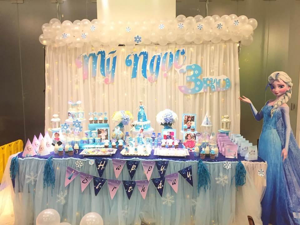 Bàn trang trí sinh nhật lung linh và xinh đẹp chủ đề Elsa