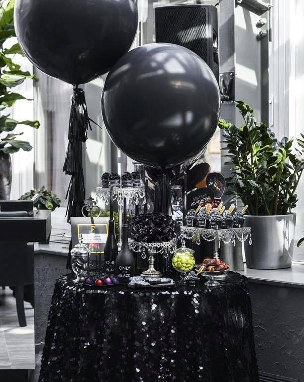 Bàn trang trí sinh nhật tone trắng đen đầy sang trọng