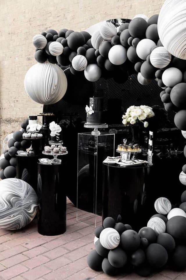 Backdrop trắng đen đầy quyền lực
