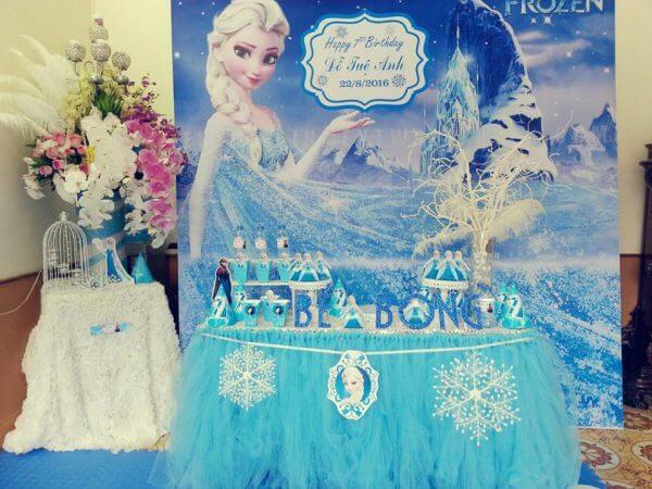 Không gian thật đẹp khi trang trí bàn quà Elsa