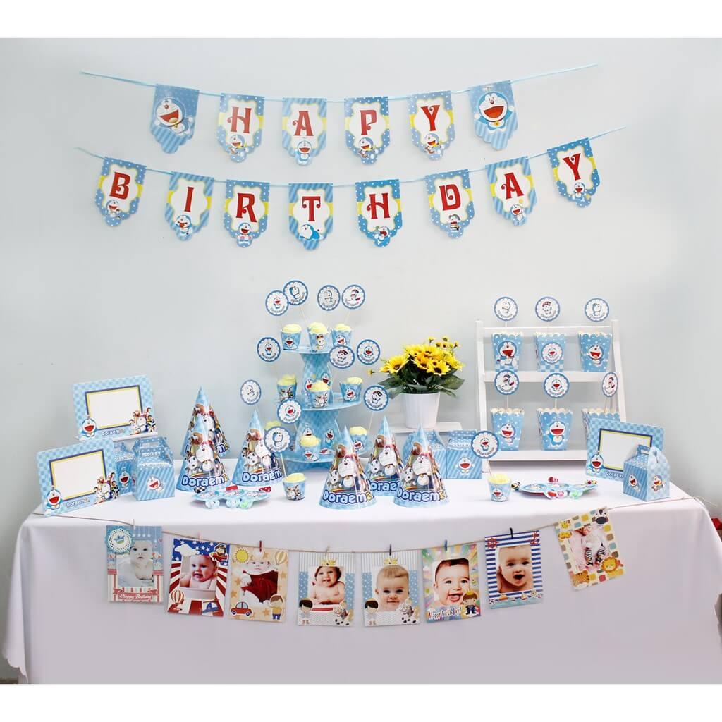 Quý khách dùng bộ phụ kiện trên để trang trí sinh nhật Doremon cho bé như hình