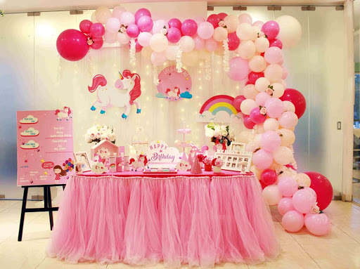 Bàn gallery trang trí tiệc sinh nhật màu hồng