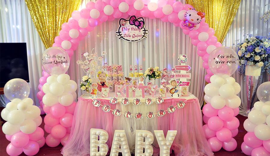 Bàn quà sinh nhật dễ thương với tone màu hồng