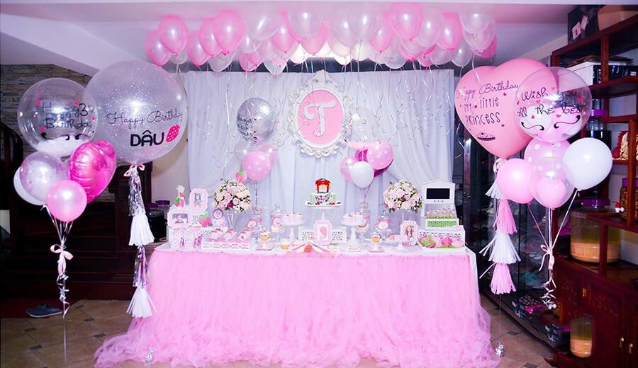 Trang trí bàn quà sinh nhật màu hồng trắng