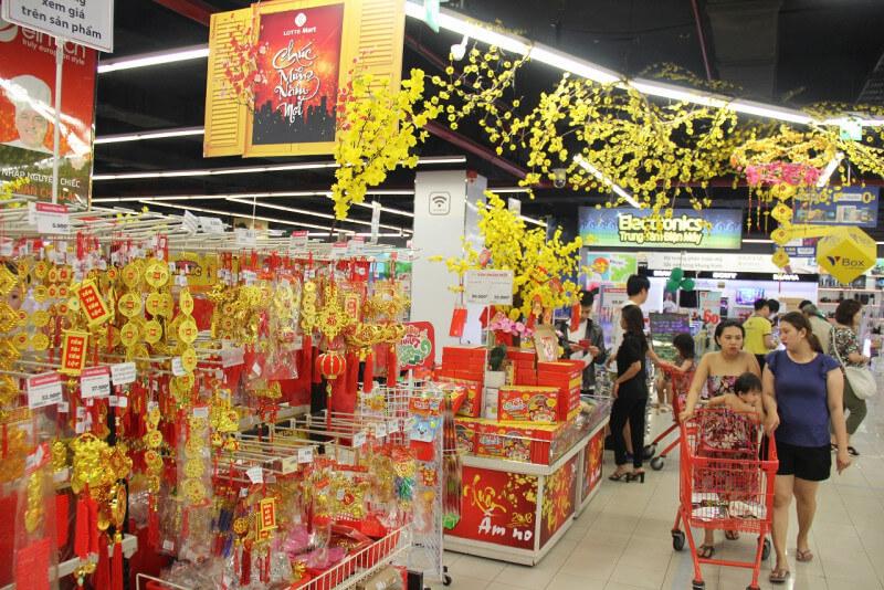 Trang trí siêu thị với sắc vàng của mai ngày tết
